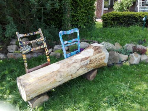 Gartenbank aus Kiefernstamm mit gestalteten Stuhllehnen