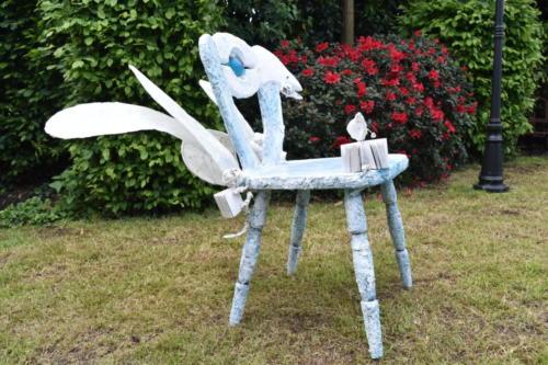 Verwandlung eines Holzstuhls zum Kunstwerk: Insectum kuriosum